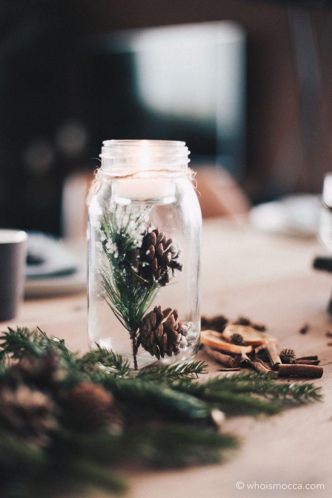 Weihnachtlich gedeckter Esstisch mit Naturmaterialien