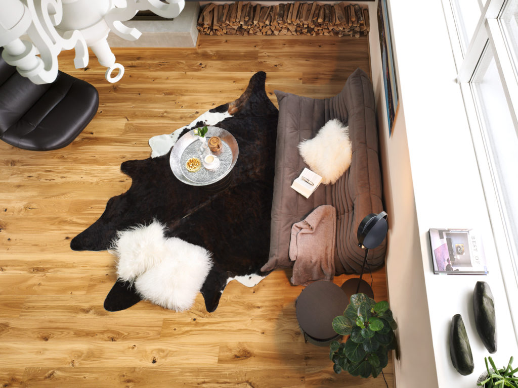 Wohnimmer mit Tepich und Couch auf Rustico Boden